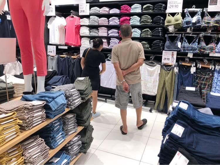 女性陣の買い物に疲れたお義父さん