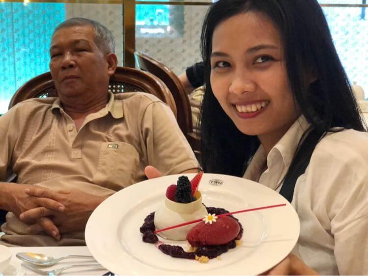 チーズケーキに喜ぶ嫁、渋い顔のお義父さん