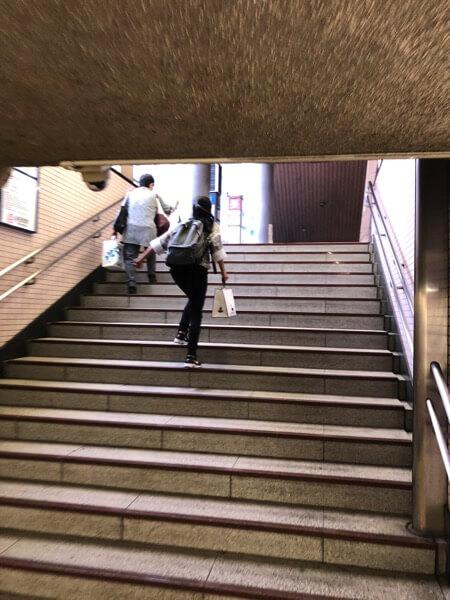 ウキウキで階段を駆け上がる