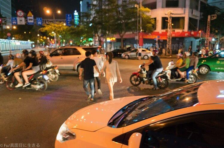 ベトナム【初心者必見】ホーチミンの道路を無傷でわたる方法