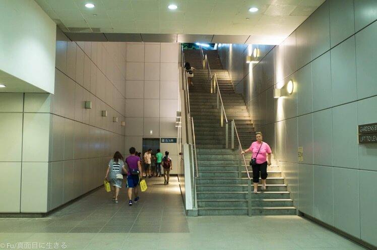 地上への階段