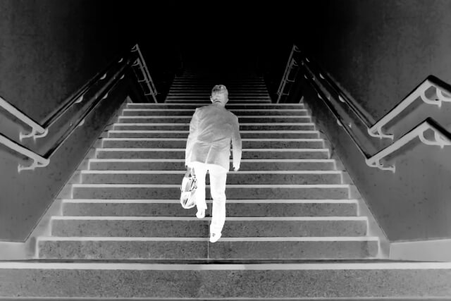 階段に登る
