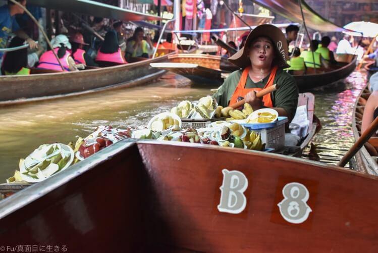 ボートで果物を売っている
