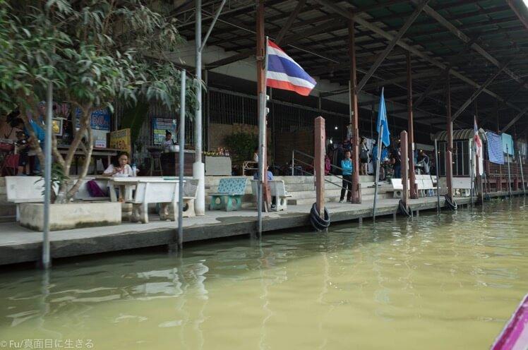 家が川の水上にある