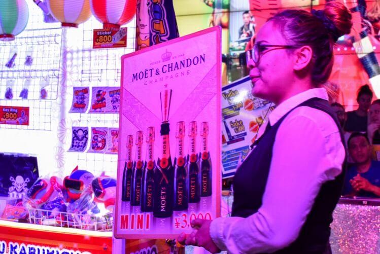 ロボットレストラン ショー開場でシャンパン
