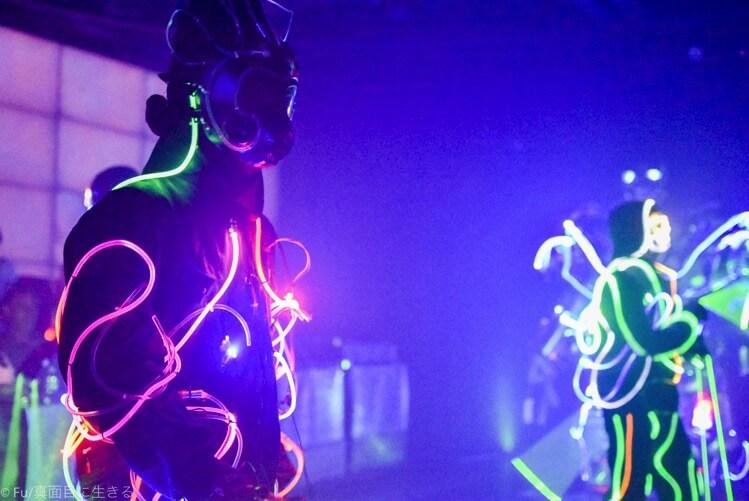 ロボットレストラン 光るチューブをつけてダンスショー