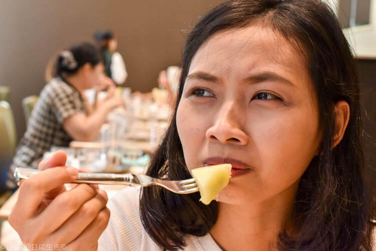 メロンパフェの美味しさに唸る