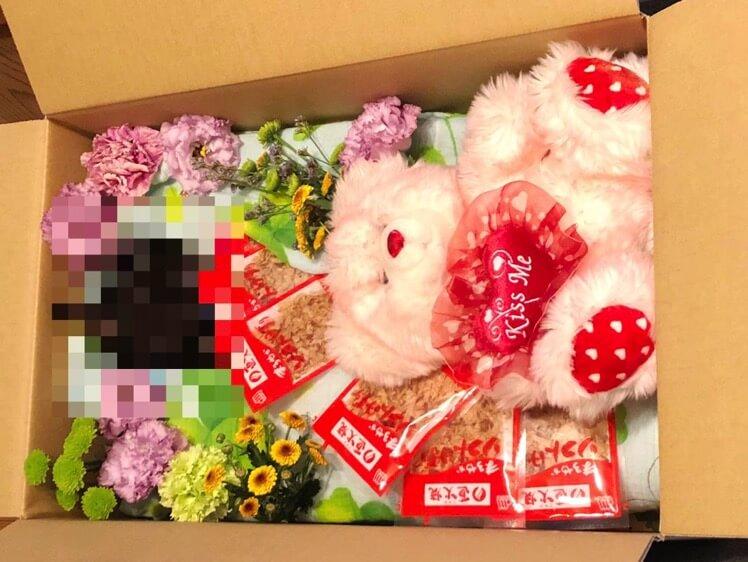 箱に猫、花などを入れる