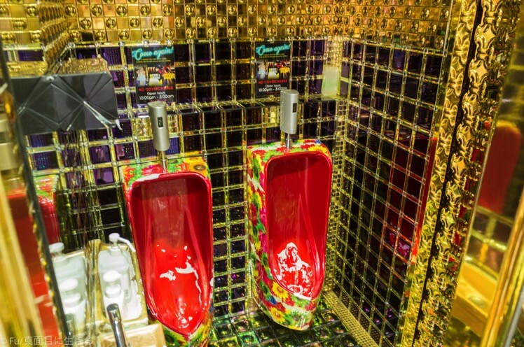ロボットレストラン 金色のトイレ