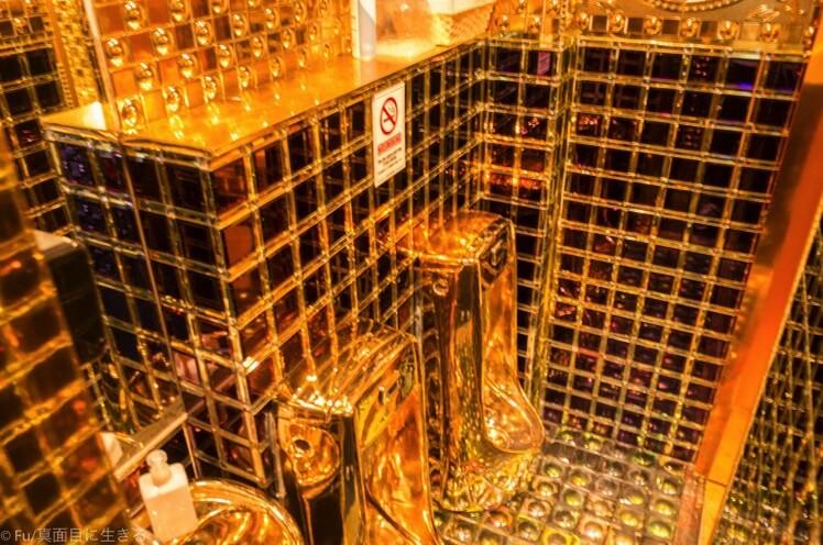 ロボットレストラン 地下2階の金ピカトイレ