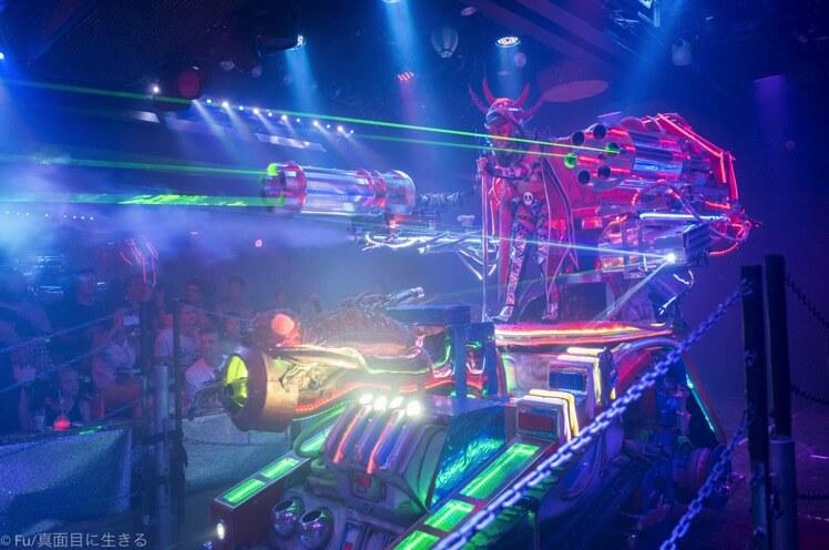 ロボットレストラン 敵の幹部のレーザー光線