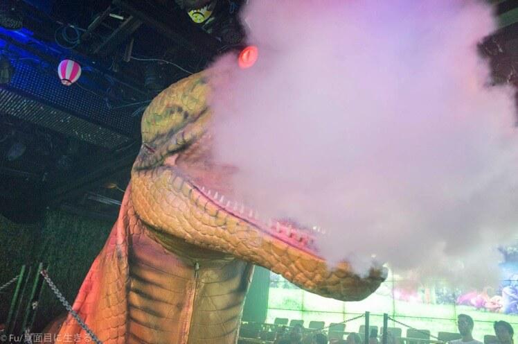 ロボットレストラン 煙を吐く大蛇