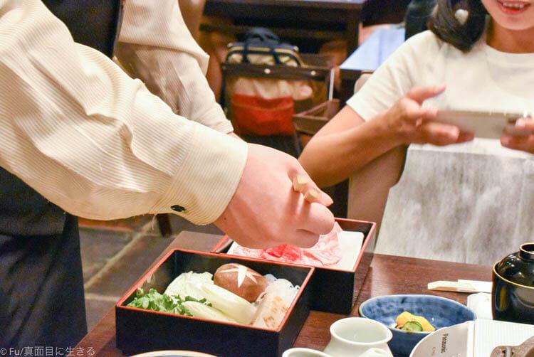浅草今半 東京グランルーフ店  店員さんがやってくれる