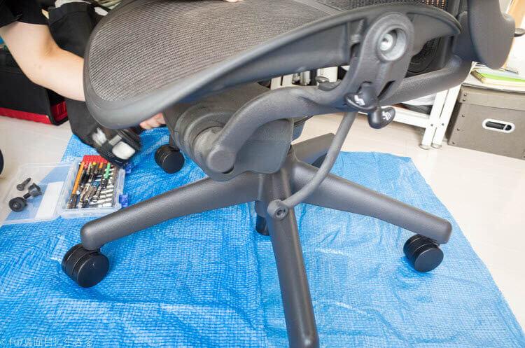 アーロンチェア修理 座面を外す