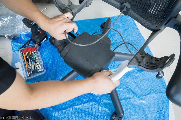 アーロンチェア修理 ホコリを掃除してくれる