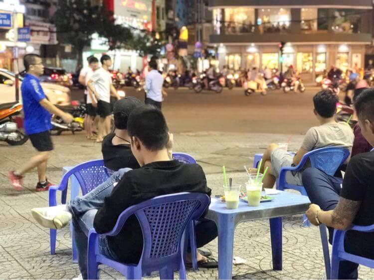 路上のカフェ