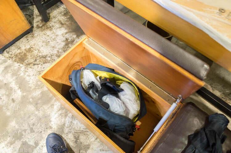 河南テジチッ 明洞1号店 荷物は椅子の中に
