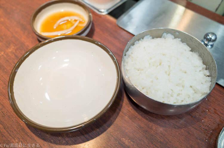 神仙ソルロンタン 明洞店 取り皿、ご飯、タレ