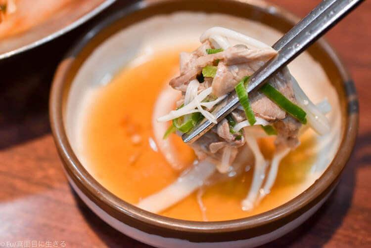 神仙ソルロンタン 明洞店 肉をタレにつけて食べる