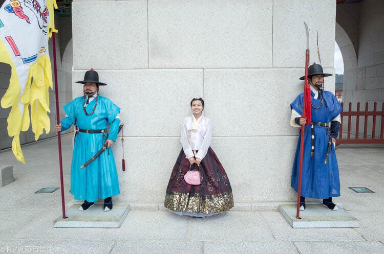 ソウル・景福宮で韓服(ハンボッ・チマチョゴリ)レンタル 兵士と記念撮影