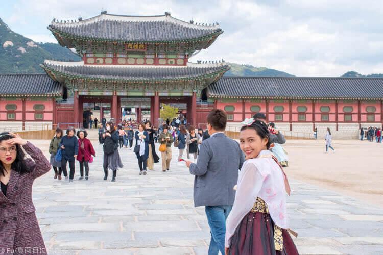 ソウル・景福宮で韓服(ハンボッ・チマチョゴリ)レンタル 写真をとると人が入る