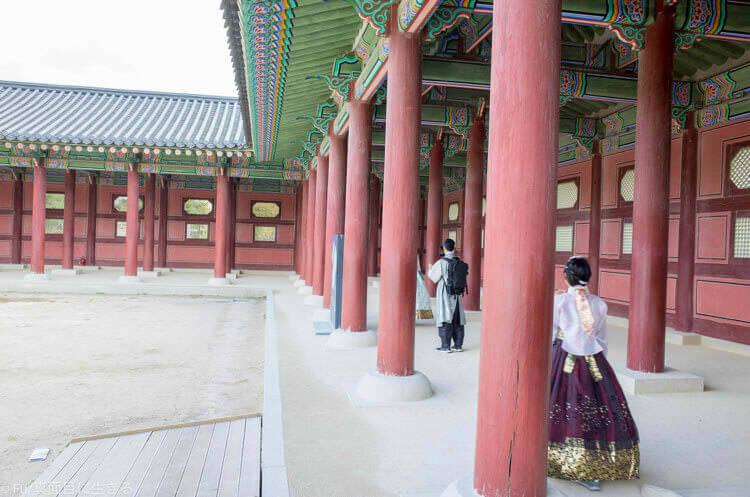 ソウル・景福宮で韓服(ハンボッ・チマチョゴリ)レンタル 壁際の柱