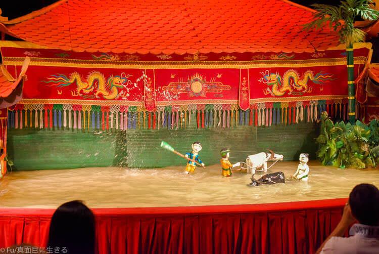 ホーチミン ロンヴァン水上人形劇場 水が飛び散る