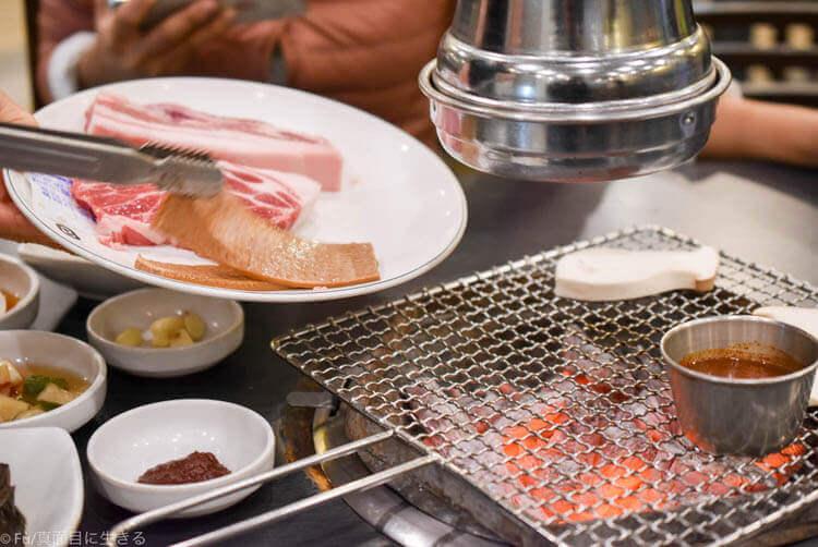 黒豚家 ソウル明洞直営店 肉を焼いてくれる