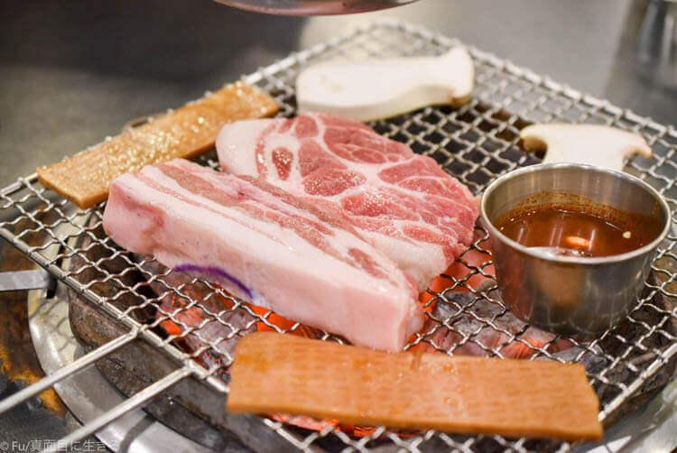 黒豚家 ソウル明洞直営店 肉が並んだ