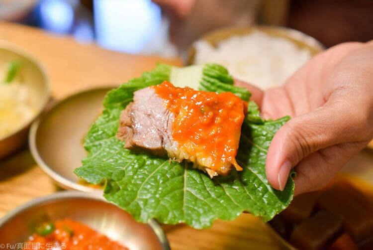 クンキワチプ カンジャンケジャン  豚肉を巻いて食べる