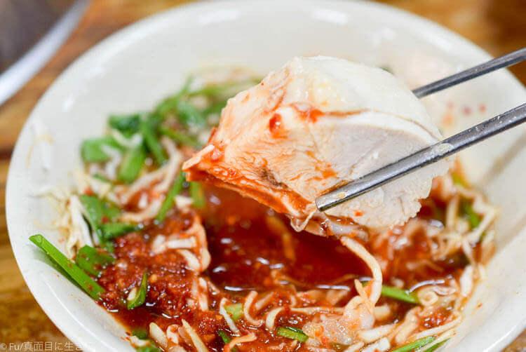 元祖ウォンハルメ ソムンナン タッカンマリ お肉をタデギにつけて食べる