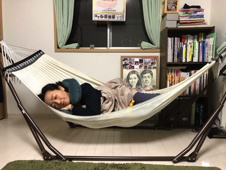 ハンモックで寝る妹