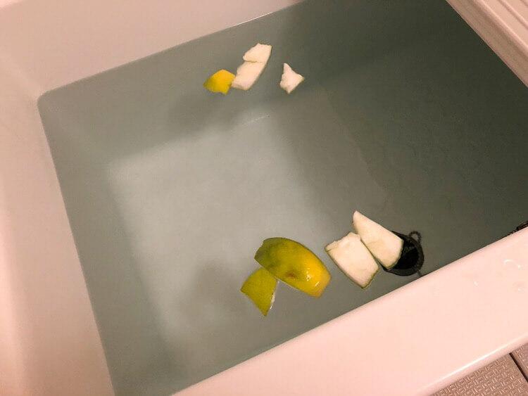 柑橘類の皮を風呂にいれる
