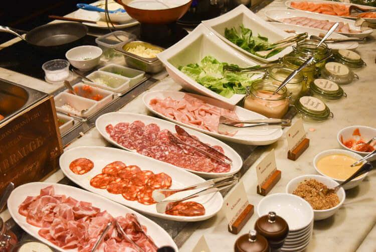 ブュッフェ サラミ、野菜など