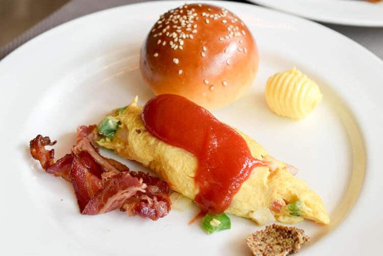 ホーチミン ニューワールド サイゴン ホテルの朝食ブュッフェ オムレツとパン