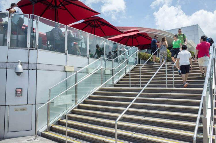 スカイパーク 階段を登ってCÉ LA VI(セラヴィー)へ
