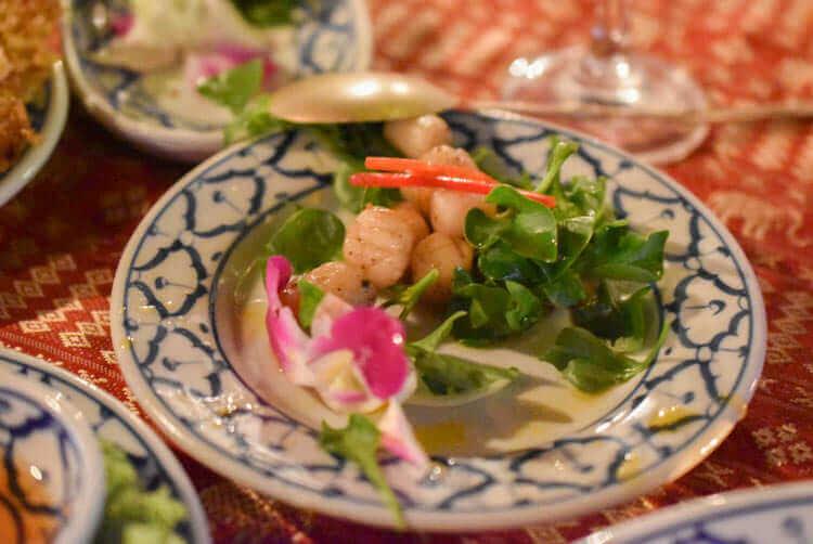 バンコククルージングディナー 帆立貝の温サラダ。オレンジ生姜のビネガー