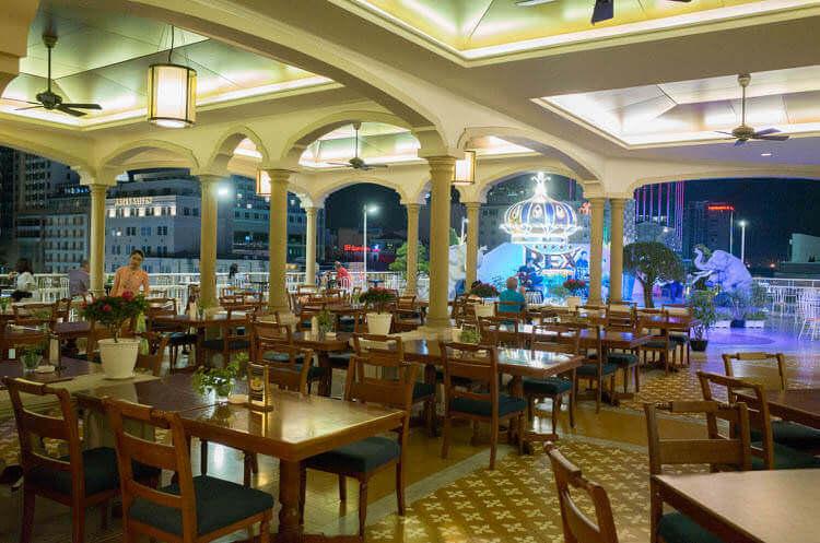 レックス ホテル サイゴン バーの店内