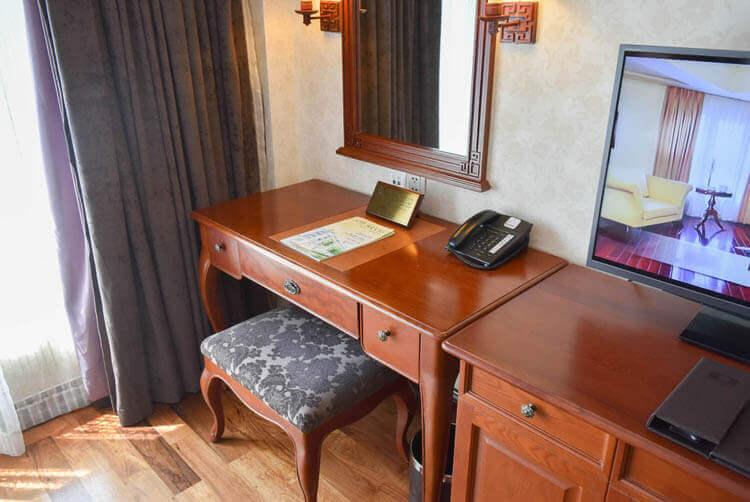 レックス ホテル サイゴン 寝室のデスク
