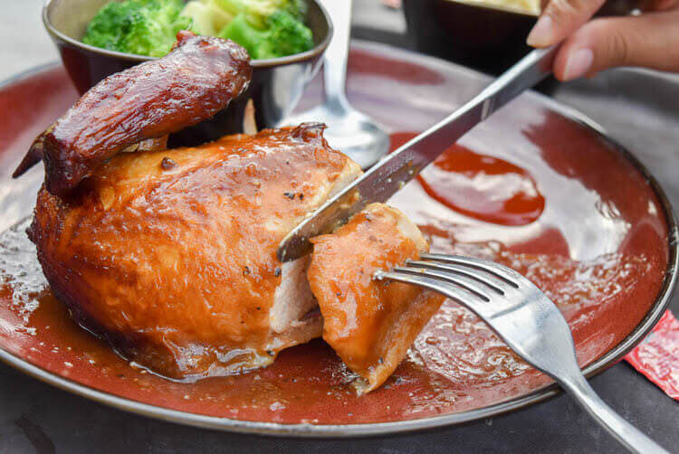 シンガポールナイトサファリ ジャングル ロティサリーレストラン 鶏肉カット