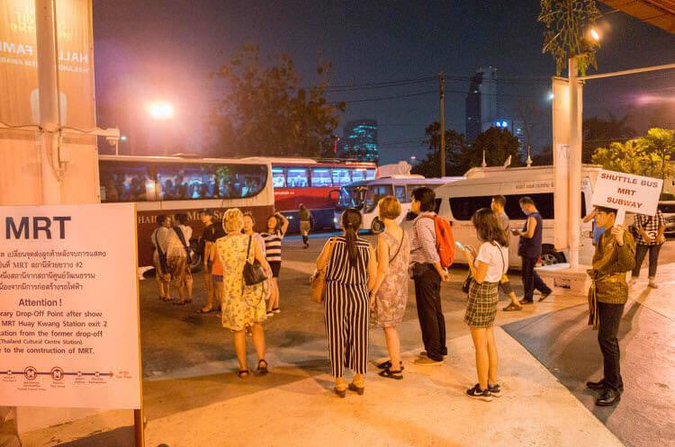 劇場から戻るシャトルバス