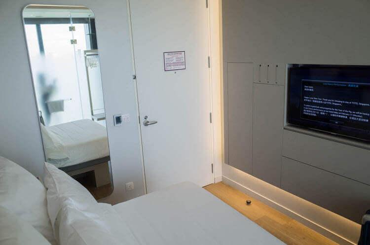 ヨーテル シンガポール オーチャードロード ベッドとドアが近い