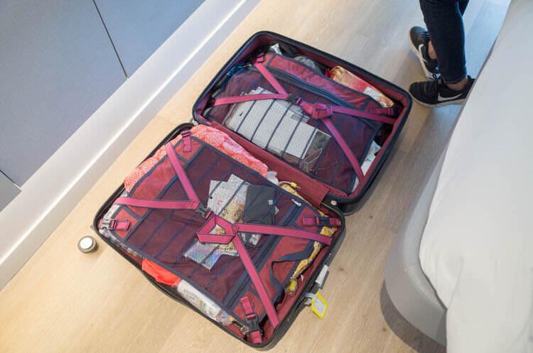 ヨーテル シンガポール オーチャードロード 室内でスーツケースを広げる