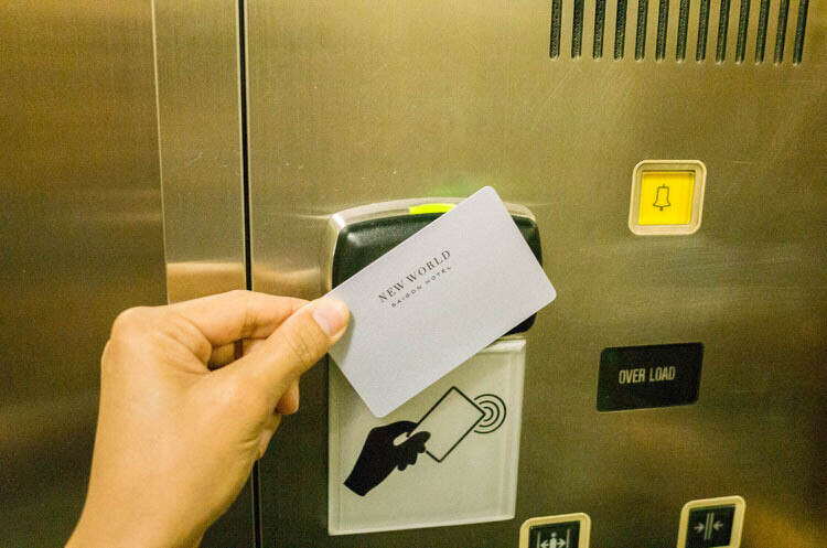 ニューワールドサイゴンホテル  エレベーターにカードキー