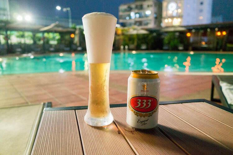 ニューワールドサイゴンホテル プールサイドで飲むビール