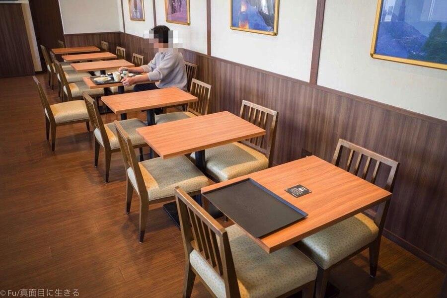 ドーミーインPREMIUM小樽の朝食ブュッフェ テーブル