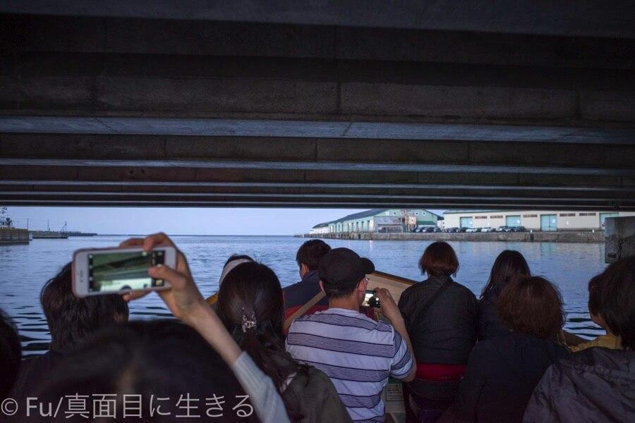 小樽運河クルーズ 橋の下をくぐる