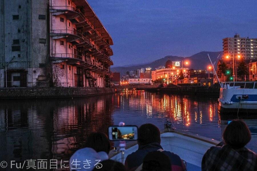 小樽運河クルーズ 日が落ちてライティングされた