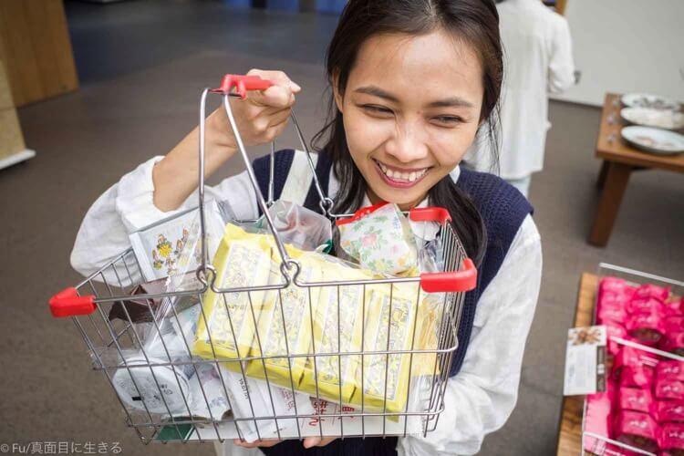 六花亭 札幌本店 お土産を買って喜ぶ妻