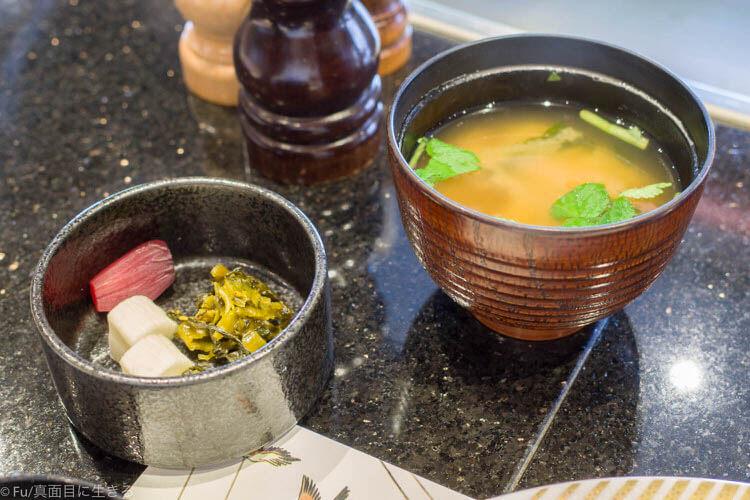 ステーキハウス ハマ 六本木本店 味噌汁と香の物